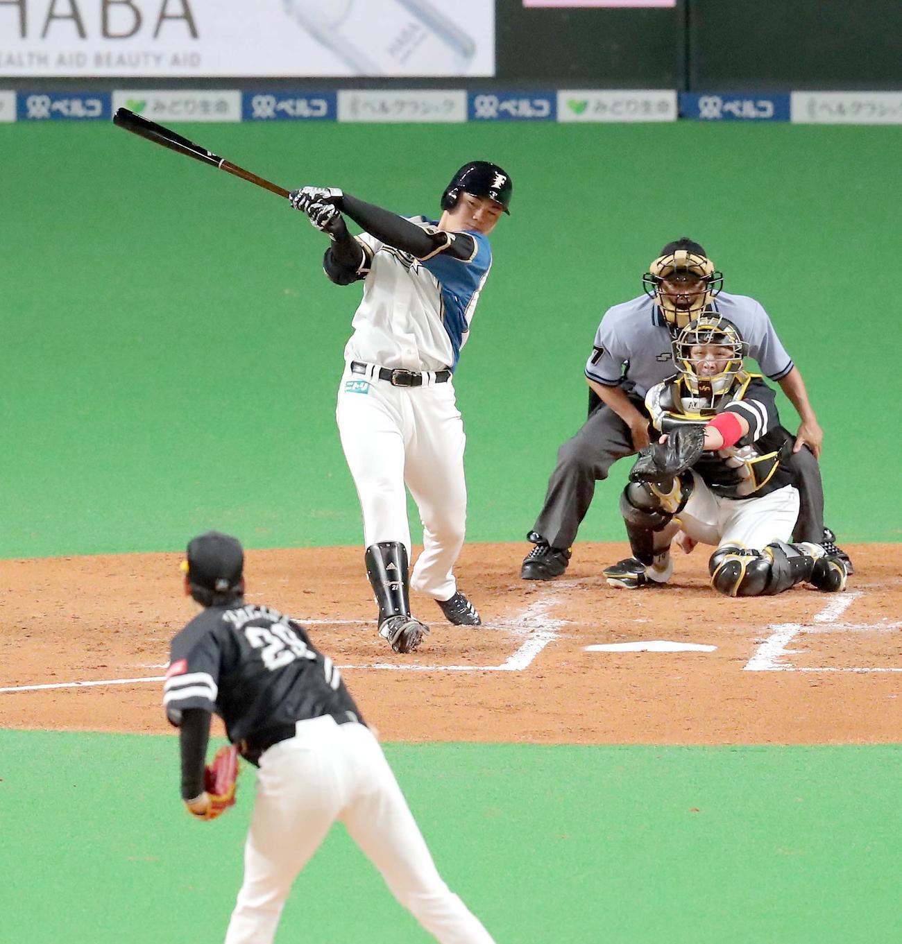 日本ハム対ソフトバンク 2回裏日本ハム1死、清宮は二塁打を放つ(撮影・佐藤翔太)