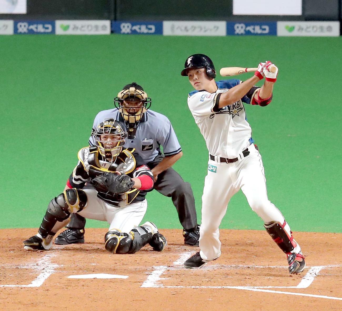 日本ハム対ソフトバンク 2回裏日本ハム1死二塁、野村は右前打を放つ(撮影・佐藤翔太)