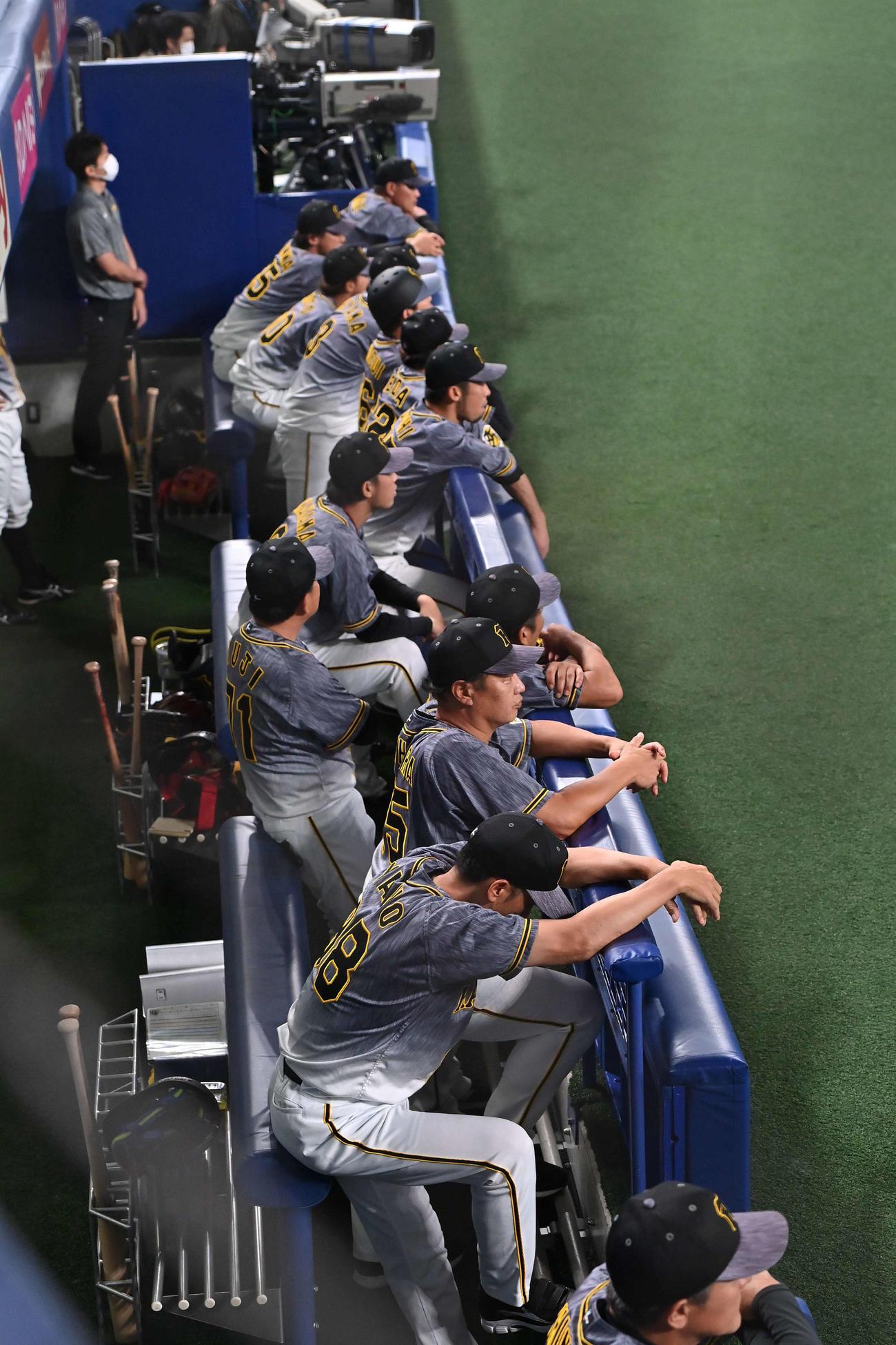 ベンチで視線を落とす矢野監督手前と阪神ナイン(撮影・上田博志)
