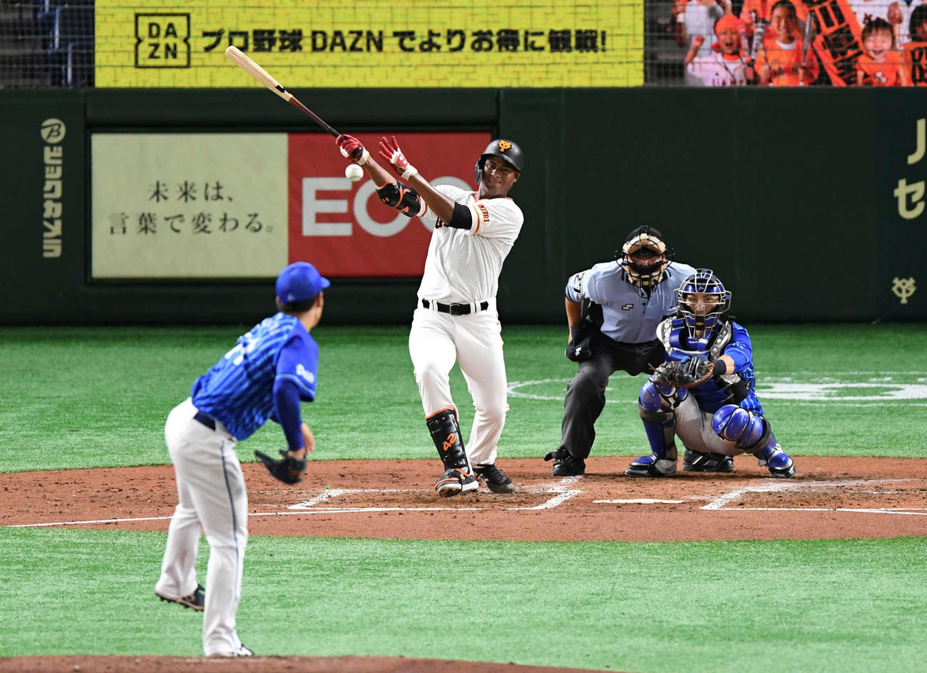 巨人対DeNA 3回裏巨人無死、メルセデスは中前打を放つ。投手桜井(撮影・山崎安昭)