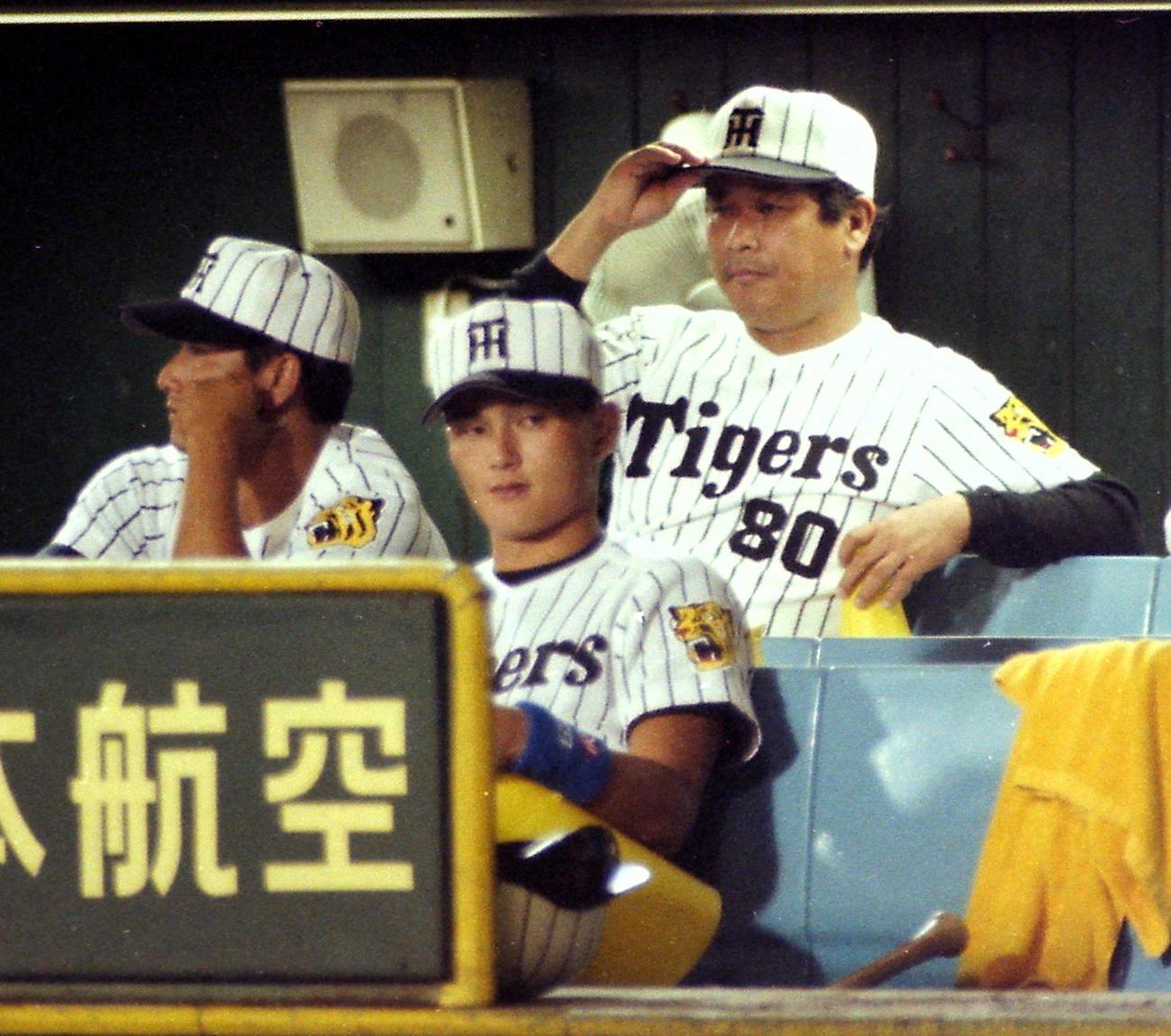 ベンチから試合を見守る藤田平監督(1996年9月10日)