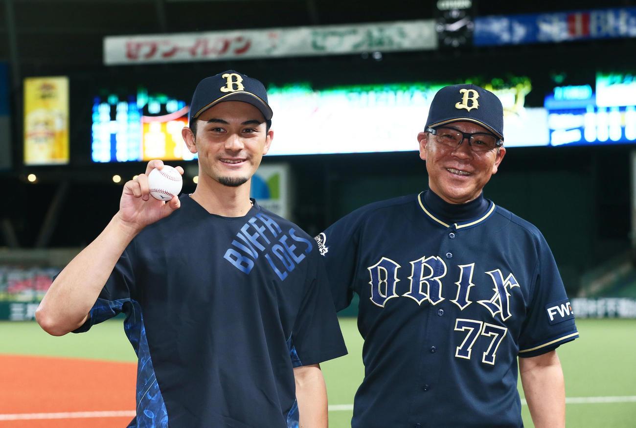 西武対オリックス オリックス鈴木(左)はプロ初勝利球を手に笑顔を見せる。右は西村監督(撮影・足立雅史)