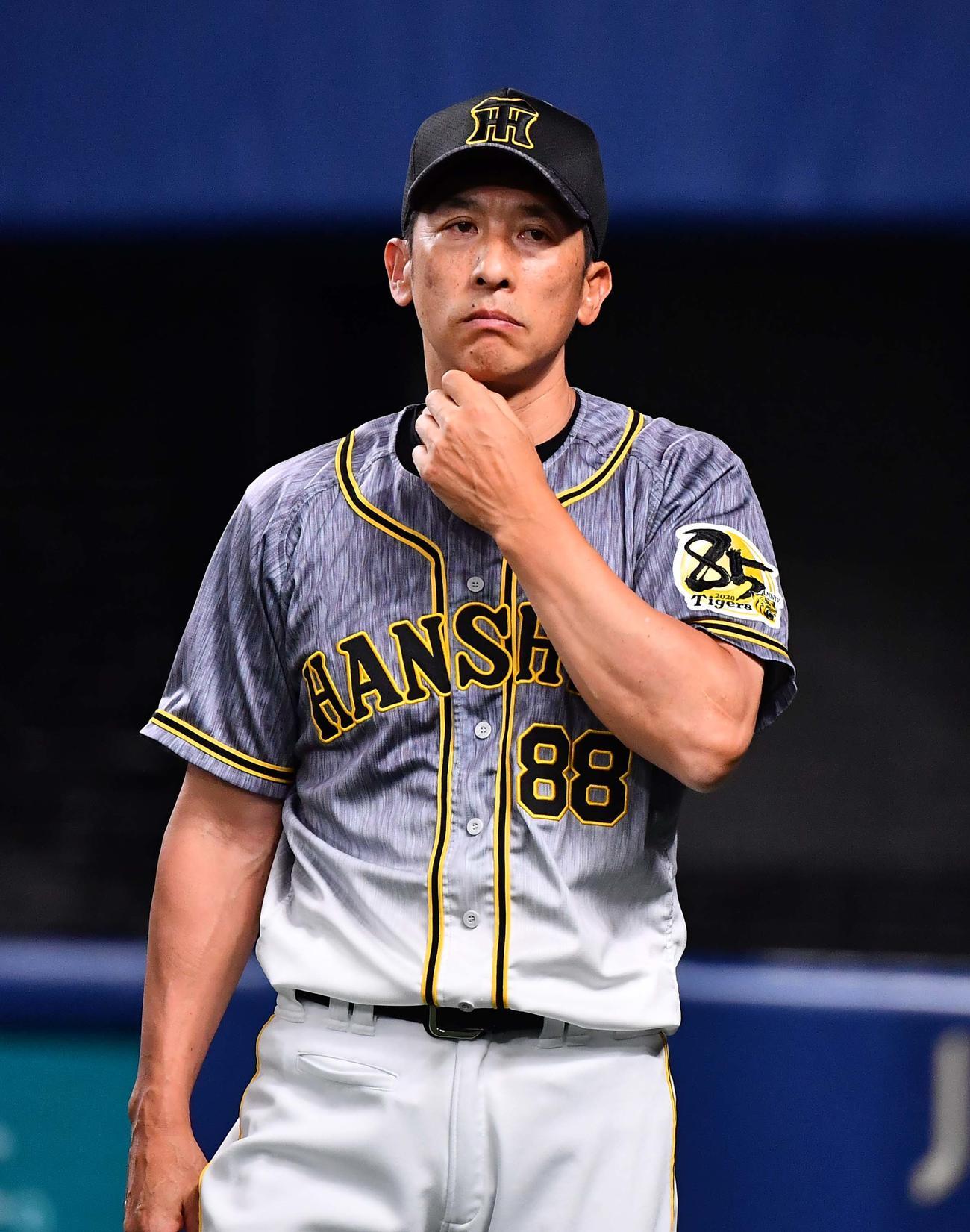選手交代を告げる阪神矢野監督(撮影・上田博志)