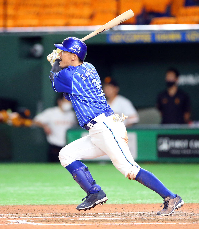 巨人対DeNA 6回表DeNA1死、中前二塁打を放つ梶谷(撮影・大野祥一)