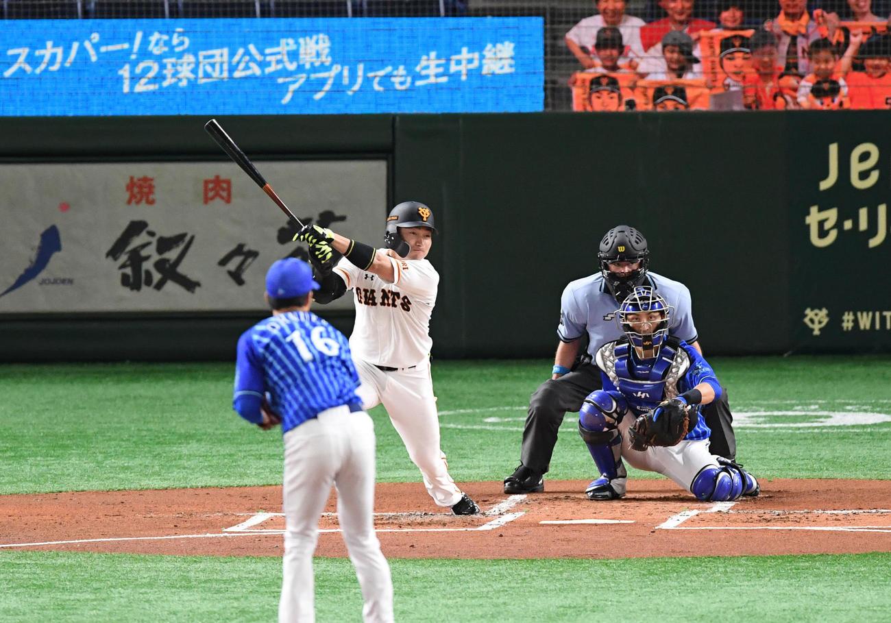 巨人対DeNA 1回裏巨人2死、丸は左翼へ二塁打を放つ。徒手大貫(撮影・山崎安昭)