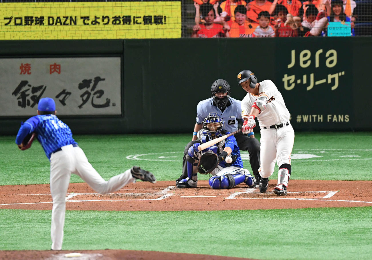 巨人対DeNA 2回裏巨人2死一塁、炭谷は左前打を放つ。投手大貫(撮影・山崎安昭)