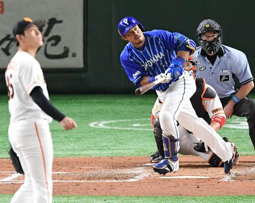 巨人対DeNA 5回表DeNA無死、左越えソロ本塁打を放つ宮崎。投手桜井(撮影・山崎安昭)