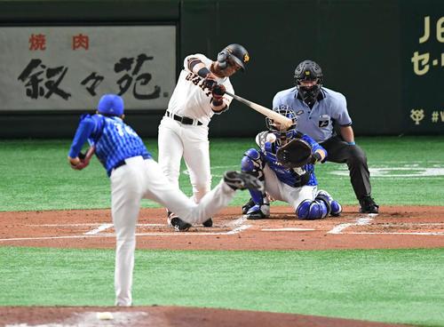 巨人対DeNA 2回裏巨人2死、パーラは中前打を放つ。投手大貫(撮影・山崎安昭)