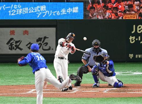 巨人対DeNA 4回裏巨人無死、亀井は左中間へ二塁打を放つ。投手大貫(撮影・山崎安昭)