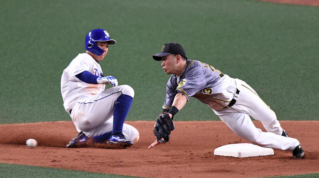 中日対阪神 4回裏中日2死一塁、阿部の打球をマルテが二塁へ悪送球、ベースカバーの糸原が捕球できず。走者高橋(撮影・前岡正明)