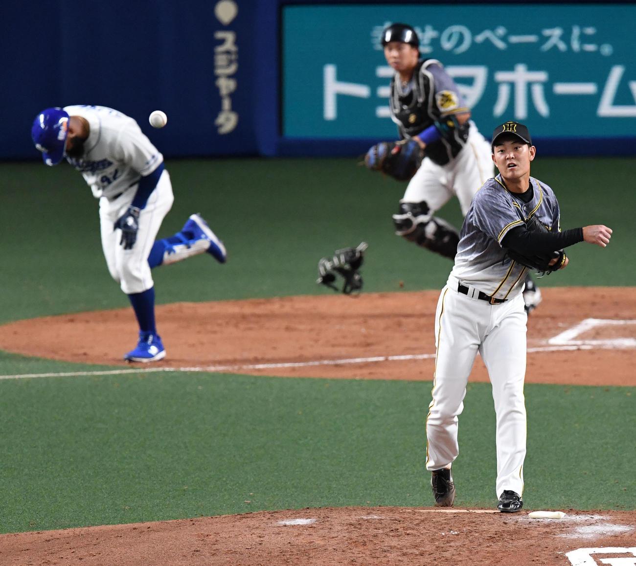 中日対阪神 7回裏中日無死一塁、アルモンテの打球を捕球した望月は二塁へ悪送球(撮影・前岡正明)