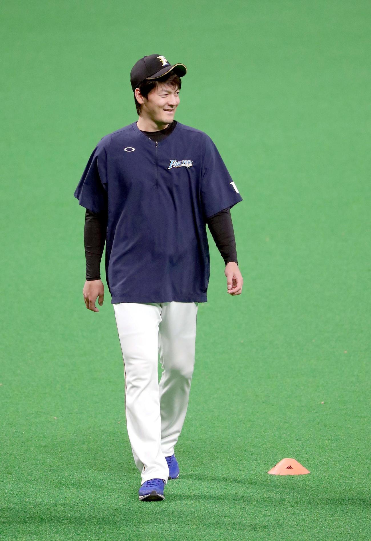 日本ハム対ソフトバンク ウオーミングアップ前、笑顔を見せる日本ハム有原(撮影・佐藤翔太)