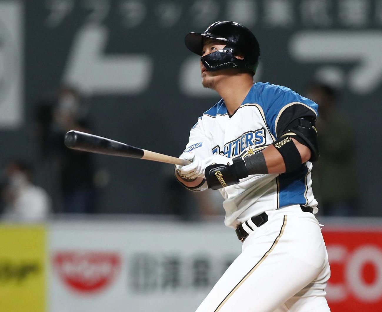 日本ハム対ソフトバンク 1回裏日本ハム2死一塁、左越え2点本塁打を放つ中田(撮影・黒川智章)