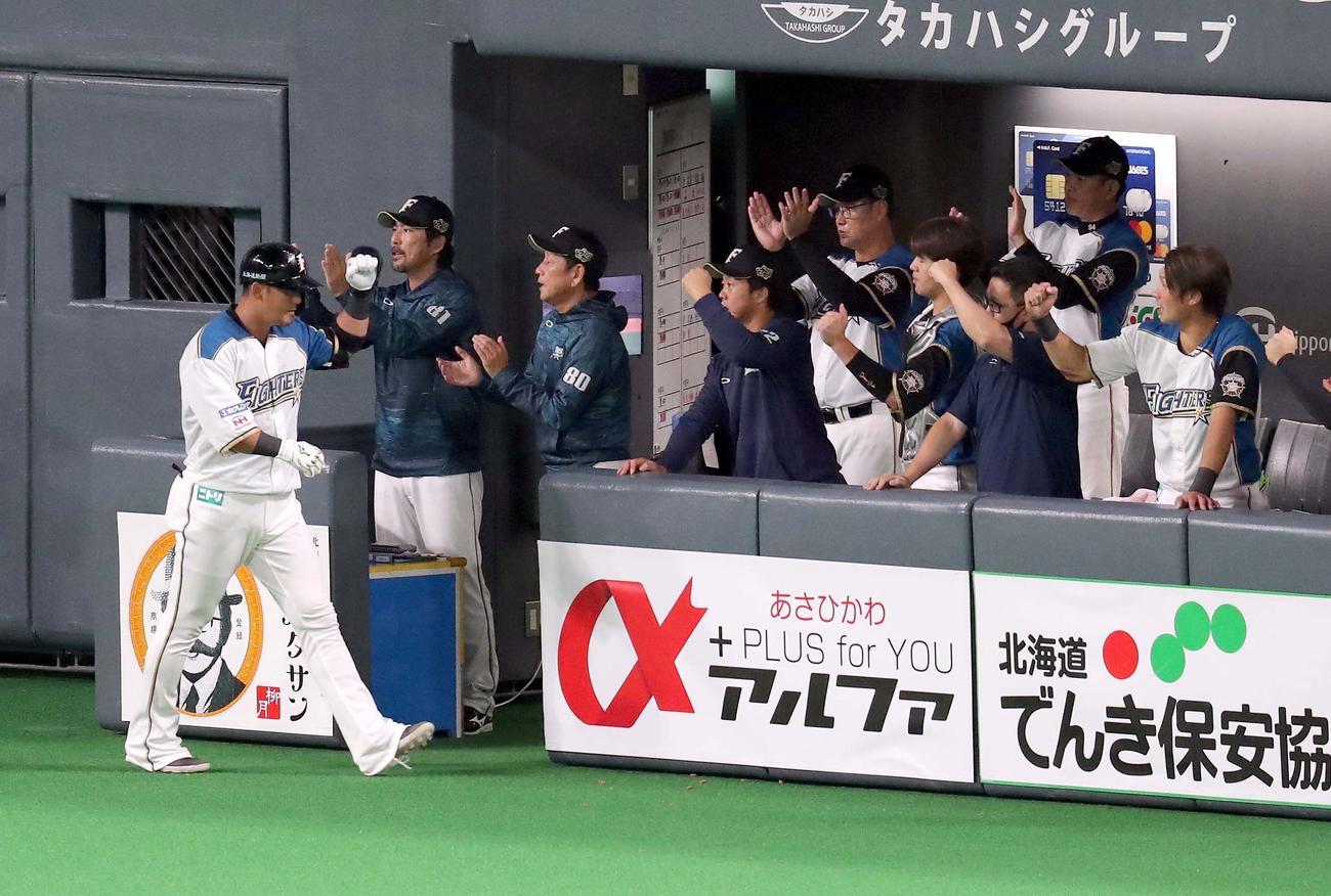 日本ハム対ソフトバンク 1回表日本ハム2死一塁、中田は左越え2点本塁打を放ちチームメートに出迎えられる(撮影・佐藤翔太)