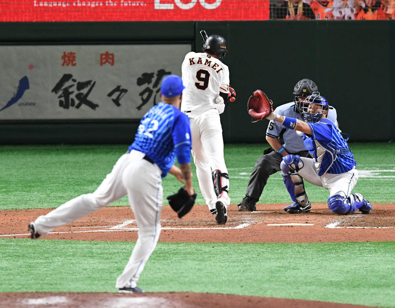 巨人対DeNA 6回裏巨人無死、亀井は死球を食らう。投手エスコバー(撮影・山崎安昭)