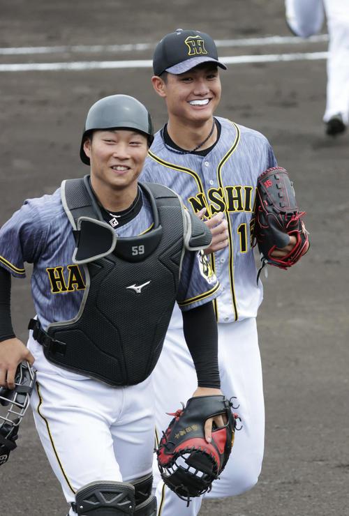 ウエスタン・リーグの広島戦に先発した西純(右)は、4回を無失点に抑え藤田とベンチに戻る(撮影・加藤孝規)