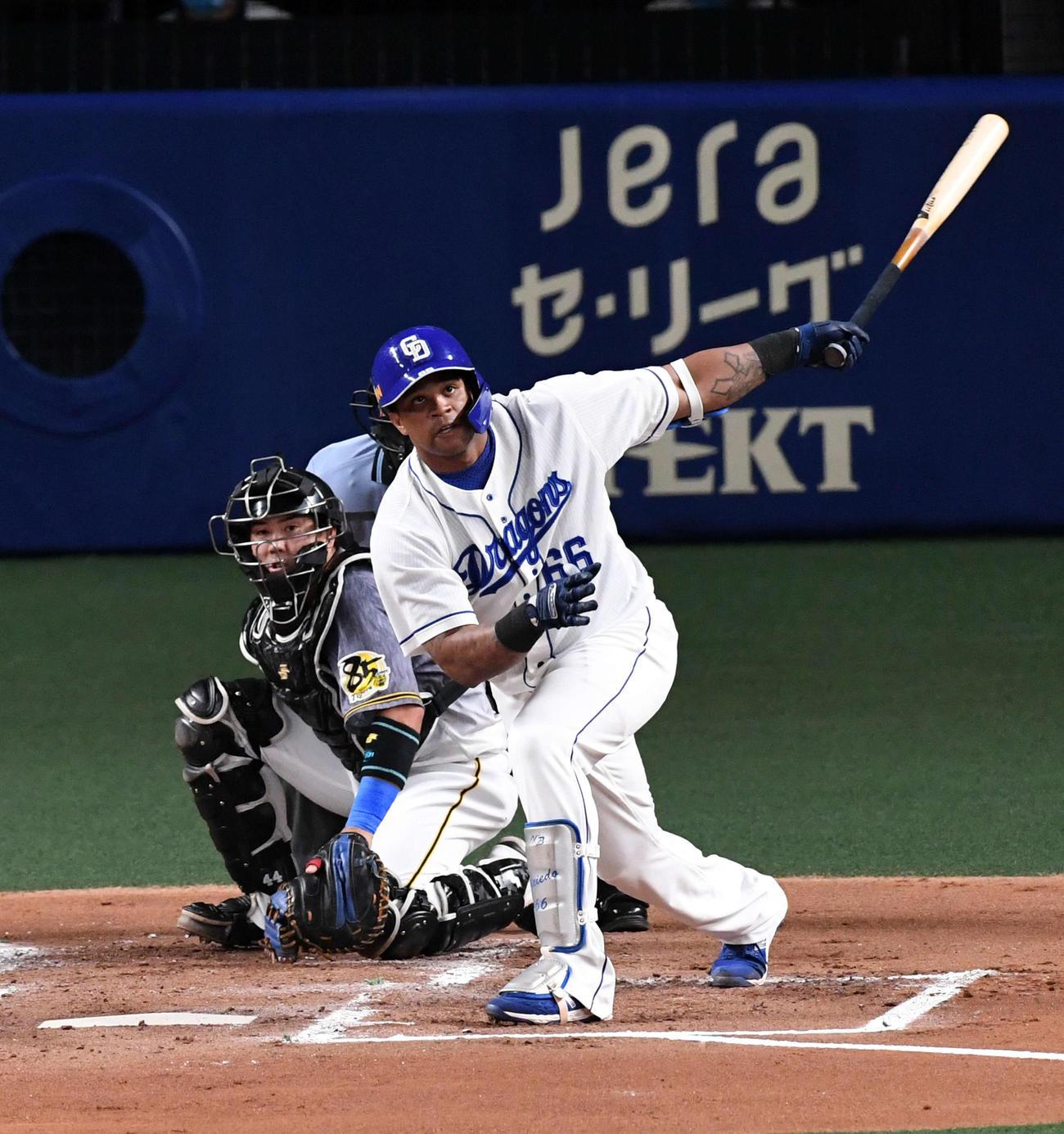 中日対阪神 1回裏中日1死一、二塁、ビシエドは左越え先制3点本塁打を放つ(撮影・前岡正明)