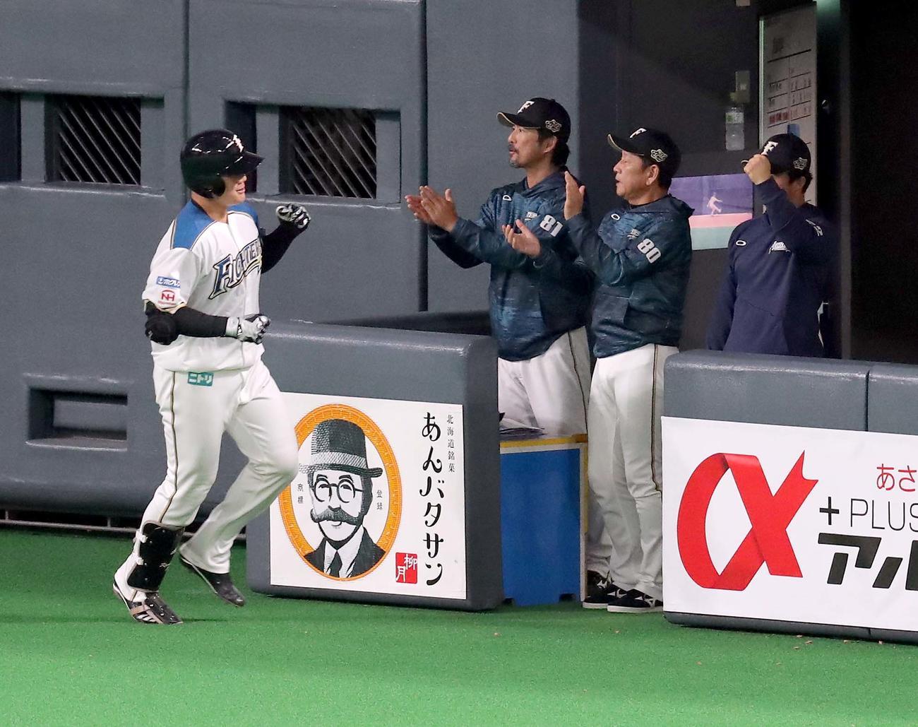 日本ハム対ソフトバンク 7回裏日本ハム1死一塁、清宮は右越え2点本塁打を放ち栗山監督(右から2人目)に出迎えられる(撮影・佐藤翔太)