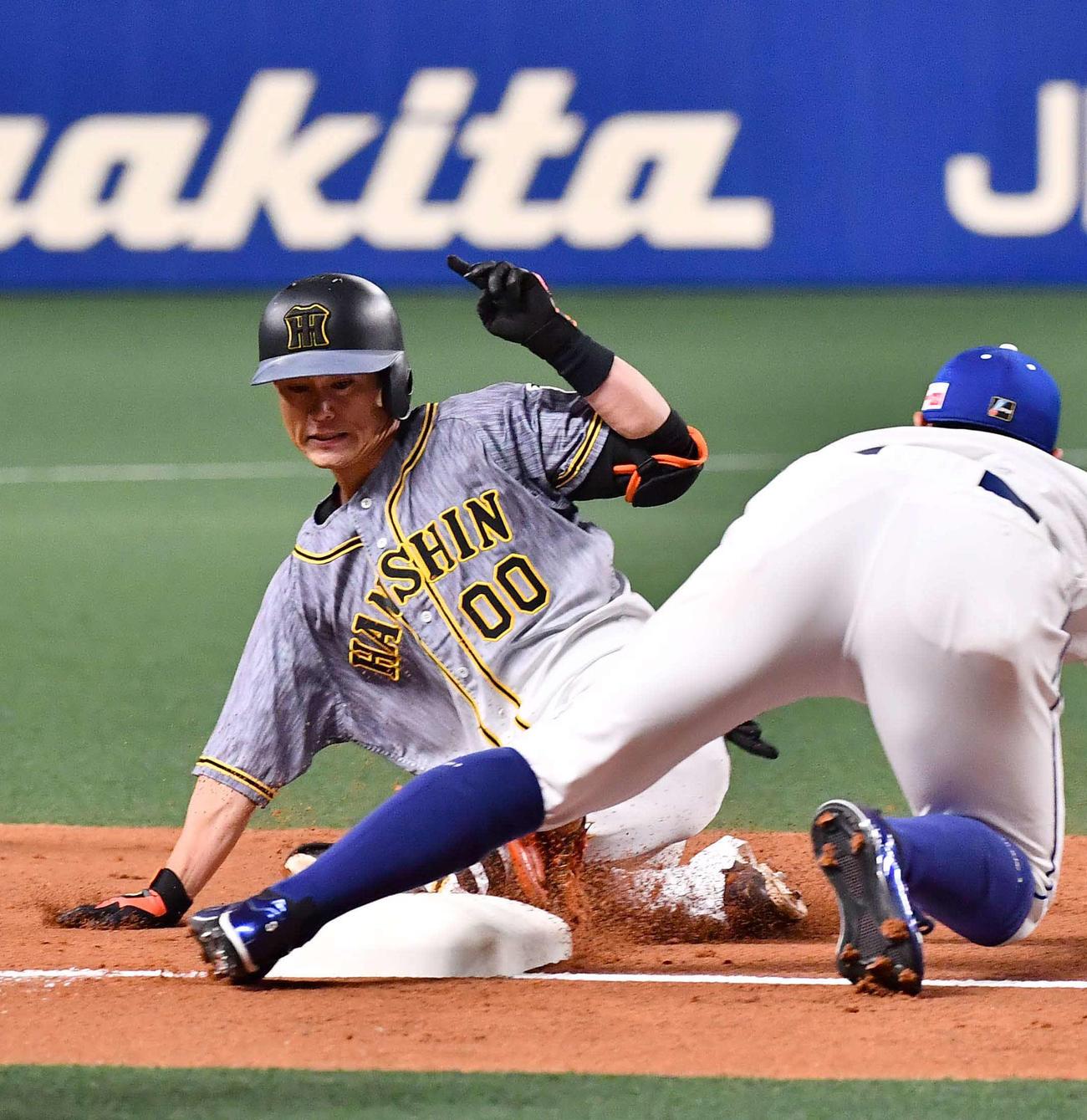 中日対阪神 3回表阪神無死一塁、二塁打を放った上本博紀は近本光司の生還の間に三塁へ滑り込む(撮影・上田博志)