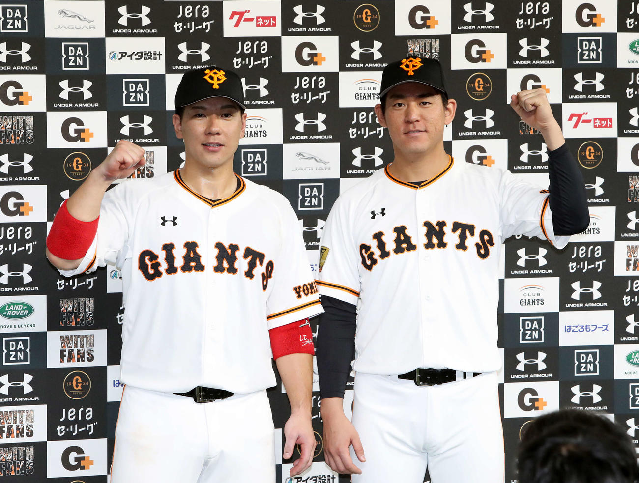 お立ち台でガッツポーズする巨人炭谷(左)と桜井(撮影・鈴木正人)