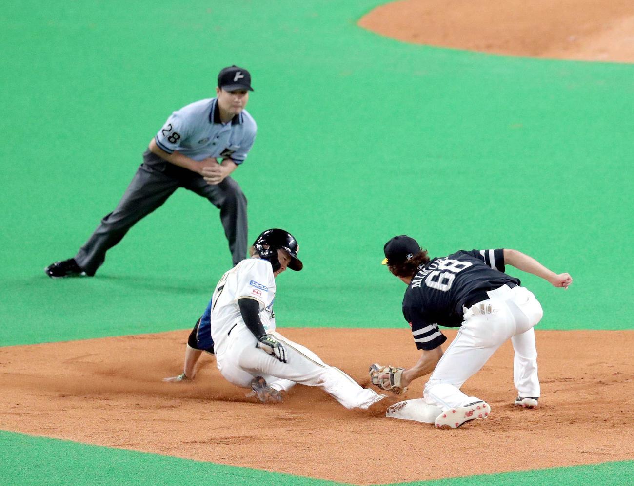 日本ハム対ソフトバンク 3回表日本ハム無死一塁、西川は二盗を決める(撮影・佐藤翔太)