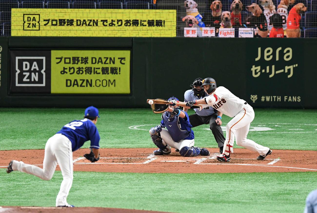 巨人対中日 2回裏巨人1死一塁、菅野は犠打を決める。投手大野雄(撮影・山崎安昭)