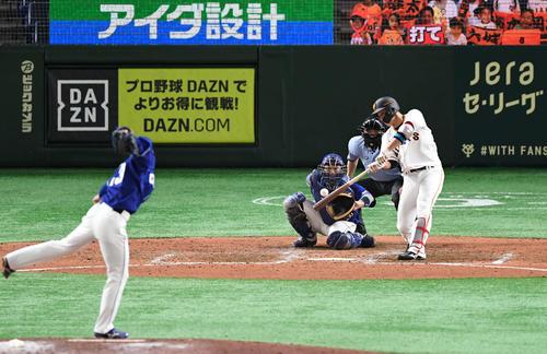 巨人対中日 8回裏巨人1死満塁、代打北村は右中間へ3点適時二塁打を放つ。投手橋本(撮影・山崎安昭)