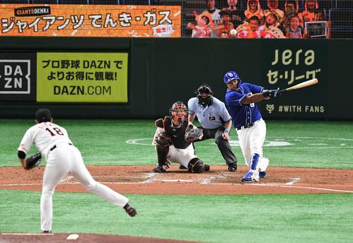 巨人対中日 7回表中日1死、ビシエドは左中間へ二塁打を放つ。投手菅野(撮影・山崎安昭)