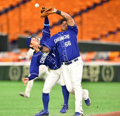 巨人対中日 7回裏巨人2死二塁、京田(左)と接触し代打石川の打球を落球するビシエド(撮影・滝沢徹郎)