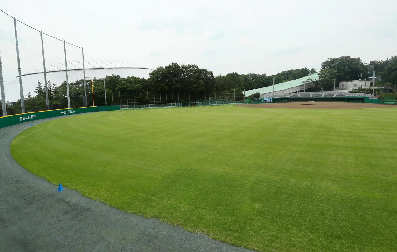 CAR3219(カーミニーク)フィールド(西武第2球場)の中堅からネット裏方向を望む。後方左はメットライフドーム(撮影・足立雅史)