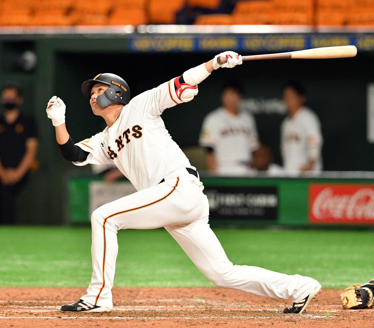 巨人対中日 6回裏巨人1死、坂本は先制の左越えソロ本塁打を放つ(撮影・滝沢徹郎)