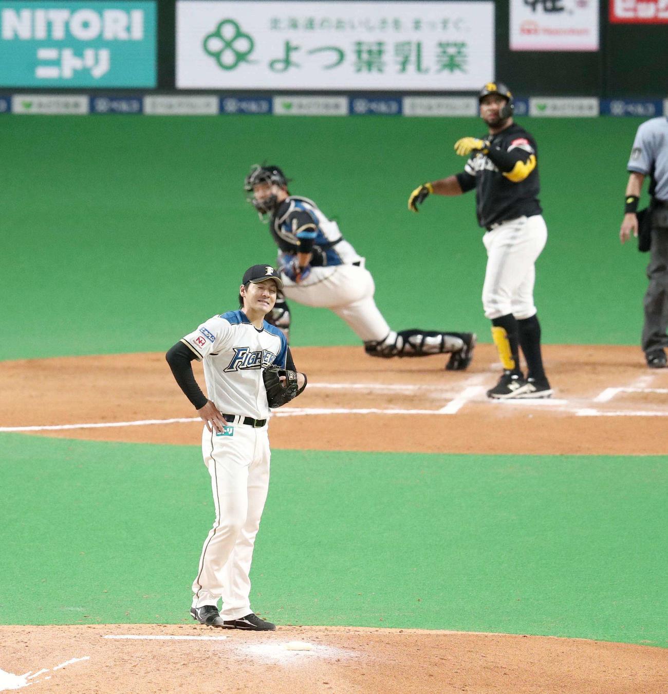 日本ハム対ソフトバンク 6回表ソフトバンク1死一塁、バレンティンに左越え2点本塁打を浴びる有原(撮影・黒川智章)