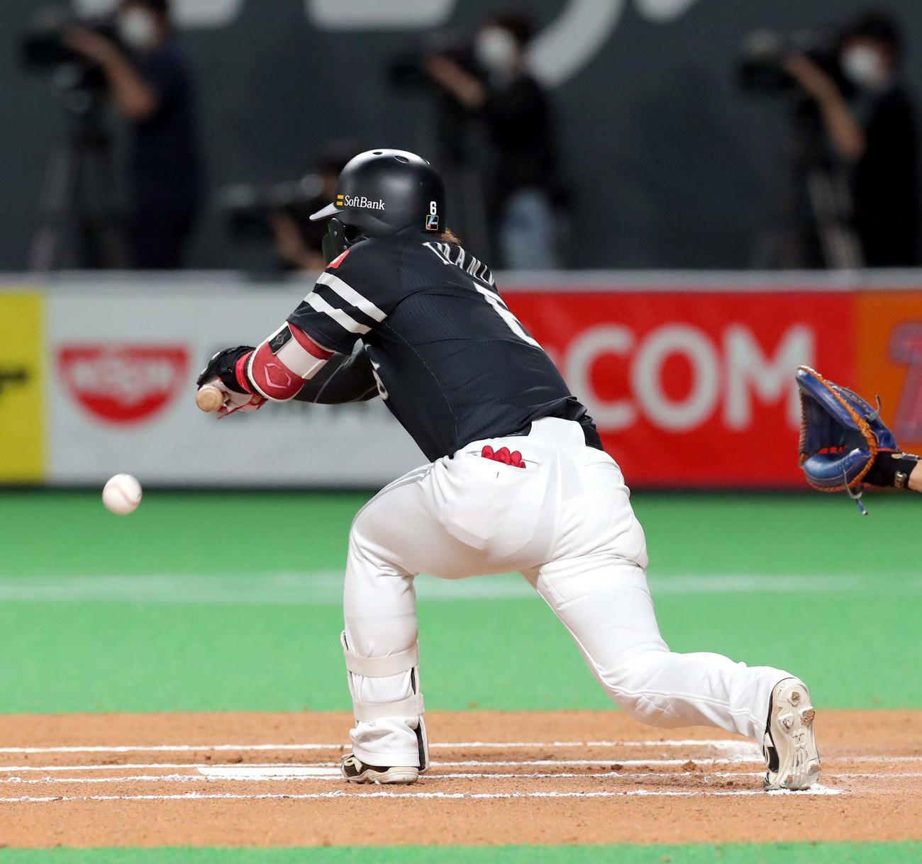 日本ハム対ソフトバンク 6回表ソフトバンク無死一塁、今宮は犠打を決める(撮影・佐藤翔太)