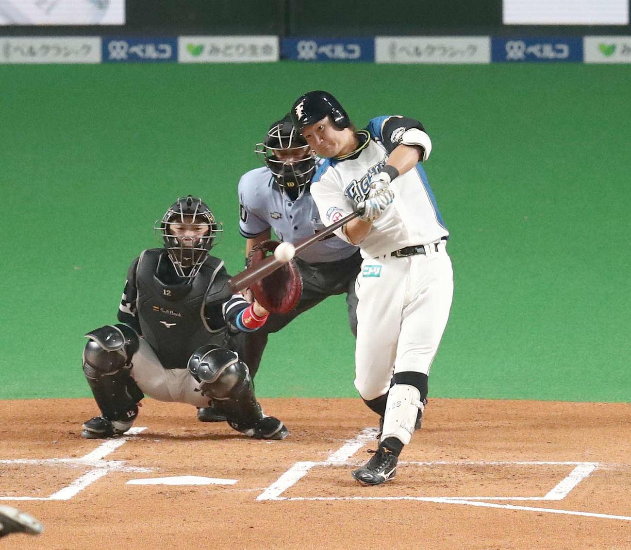 日本ハム対ソフトバンク 1回裏日本ハム2死一、二塁、左越え適時二塁打を放つ渡辺(撮影・黒川智章)