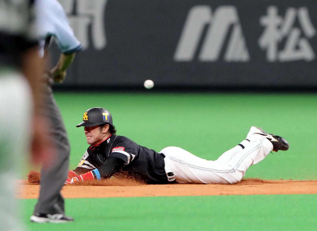 日本ハム対ソフトバンク 7回表ソフトバンク1死、高谷は二塁打を放つ(撮影・佐藤翔太)