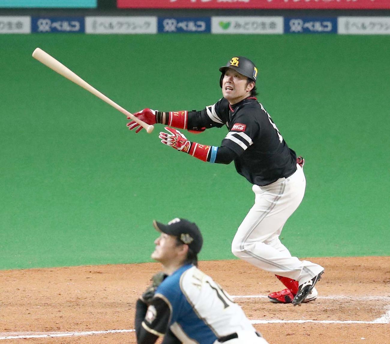 日本ハム対ソフトバンク 7回表ソフトバンク1死、右越え二塁打を放つ高谷(撮影・黒川智章)