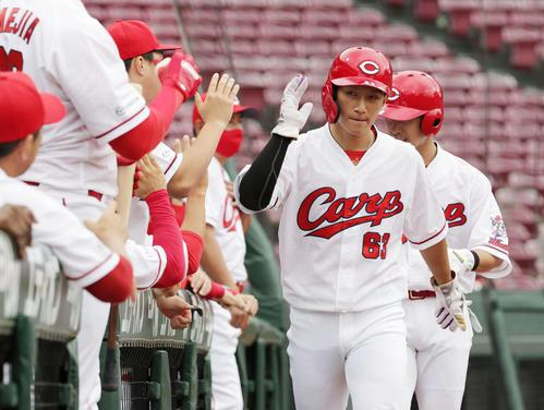 6回裏広島無死二、三塁、鈴木誠也の中越え2点適時二塁打で西川らが生還(撮影・加藤孝規)