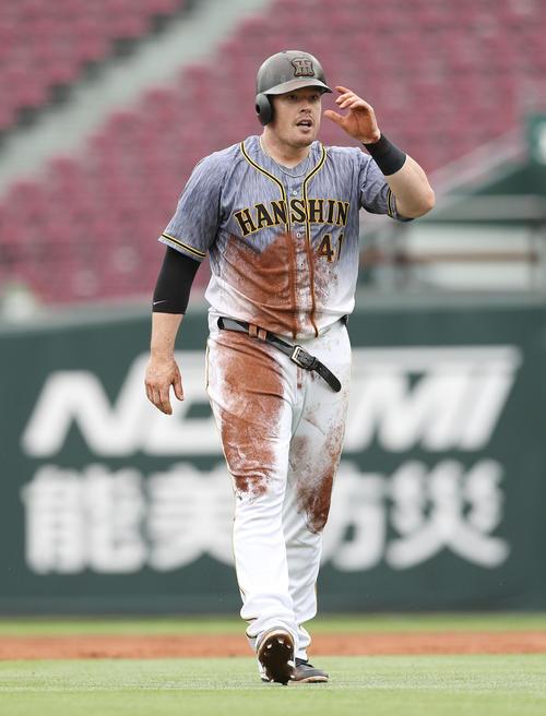 3回裏阪神2死、右越え安打を放ち、二塁へのヘッドスライディングでベルトが壊れるボーア(撮影・前田充)