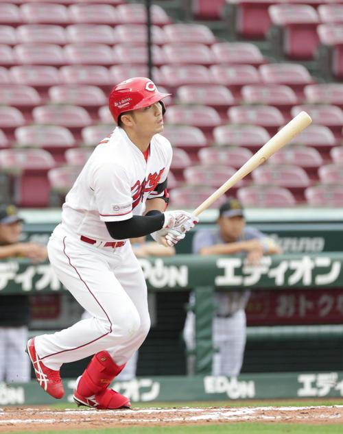 6回裏広島無死二、三塁、鈴木誠は中越え2点適時二塁打を放つ(撮影・加藤孝規)