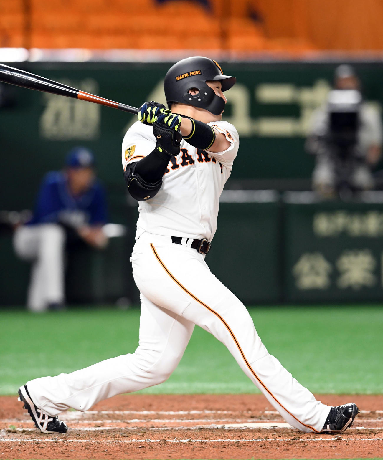 巨人対中日 5回裏巨人2無死一塁、右越えに2点本塁打を放つ丸(撮影・たえ見朱実)