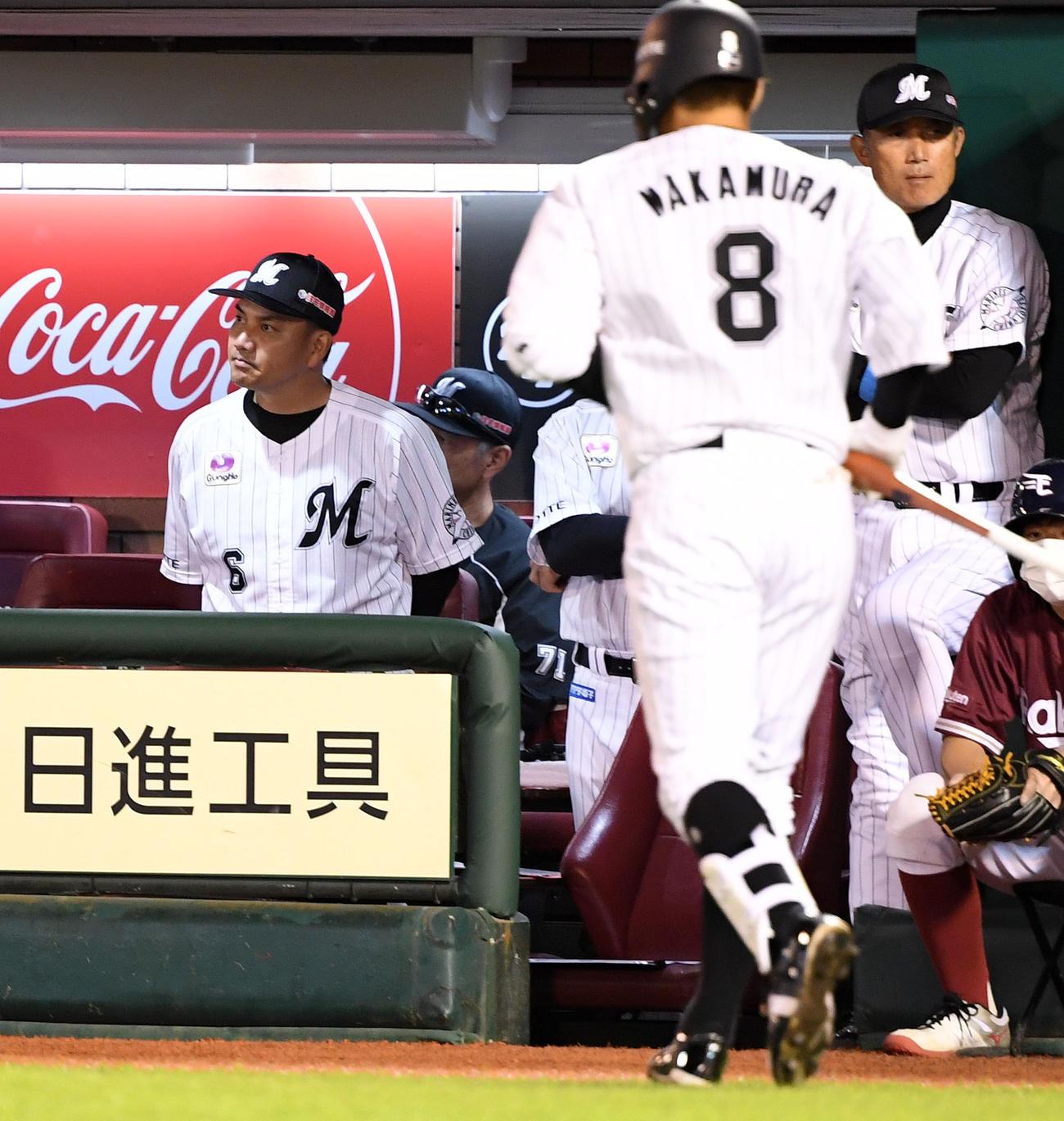 楽天対ロッテ 厳しい表情で試合を見つめるロッテ井口監督(左)(撮影・横山健太)