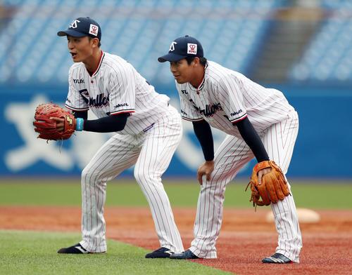 ヤクルト対DeNA 試合前、並んでノックを受ける宮本(左)と山田哲(撮影・狩俣裕三)