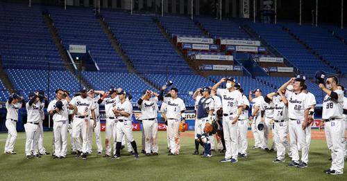 ヤクルト対DeNA 試合後、カメラに向かってあいさつをするヤクルトの選手たち(撮影・狩俣裕三)