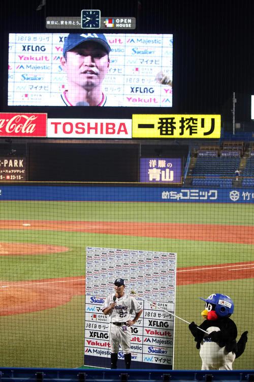 ヤクルト対DeNA つば九郎がマイクを向ける中、ヒーローインタビューに答える青木(撮影・狩俣裕三)