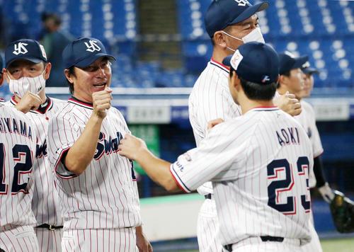ヤクルト対DeNA 試合後、青木(右)を迎える高津監督(撮影・狩俣裕三)
