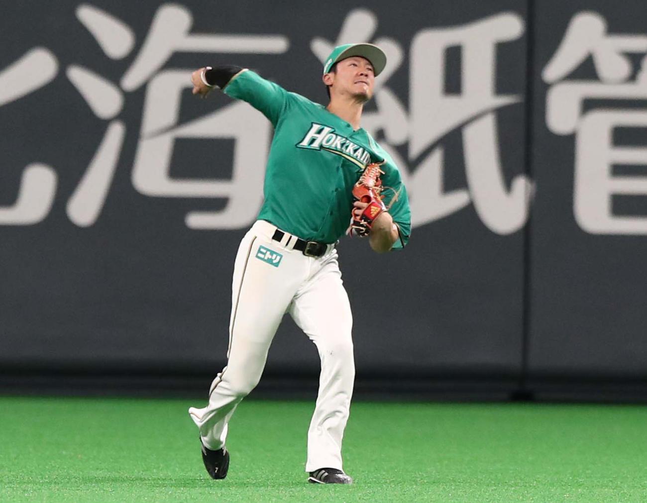 中堅から送球する日本ハム西川(2019年5月8日撮影)