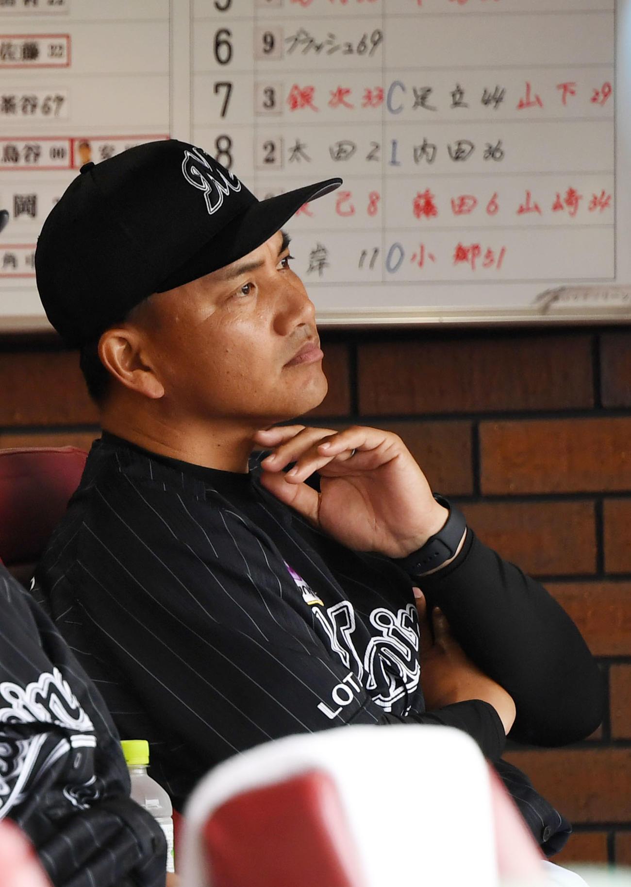 楽天対ロッテ 厳しい表情で試合を見つめるロッテ井口監督(撮影・横山健太)