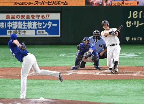 巨人対中日 6回裏巨人無死、左越えソロ本塁打を放つ中島。投手梅津(撮影・鈴木みどり)