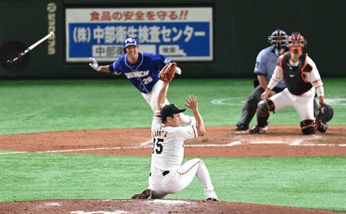 巨人対中日 8回表中日2死一、二塁、井領の打球を好捕する沢村(撮影・鈴木みどり)