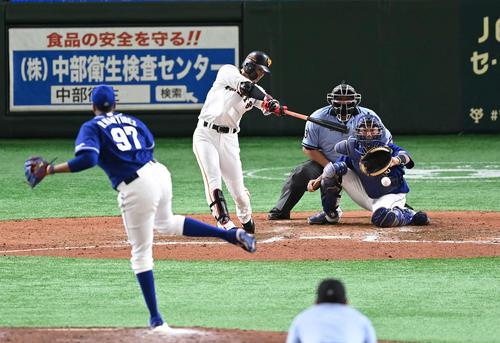 巨人対中日 8回裏巨人2死一、三塁、適時内野安打を放つ亀井。投手R・マルティネス(撮影・鈴木みどり)
